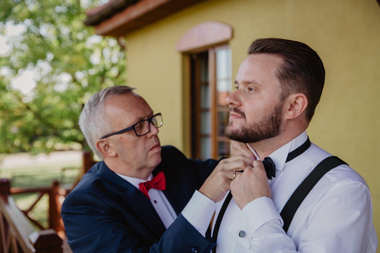 Tata pomaga w przygotowaniach pana młodego