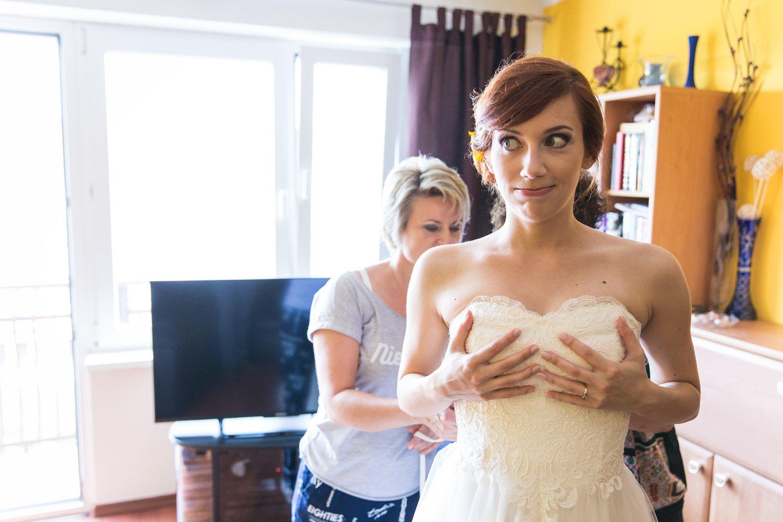 Przygotowania panny młodej w Inowrocławiu. Wiązanie sukienki