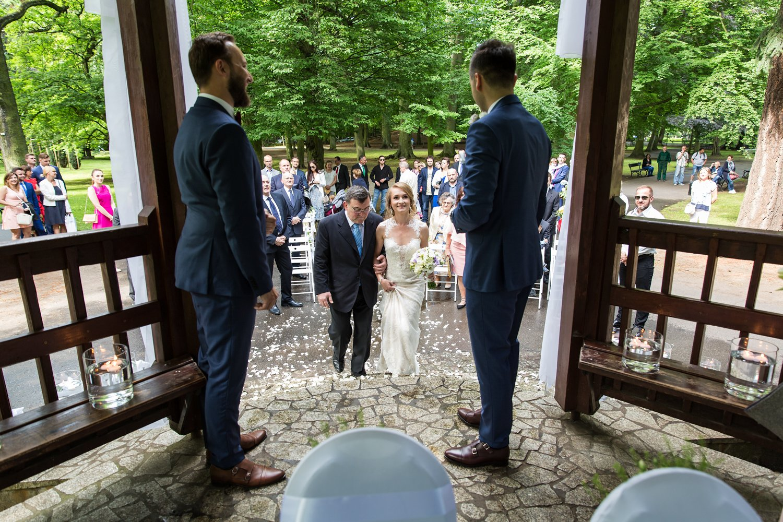 Tata prowadzi córkę do ślubu. Ceremonia w Parku Oliwskim w Gdańsku