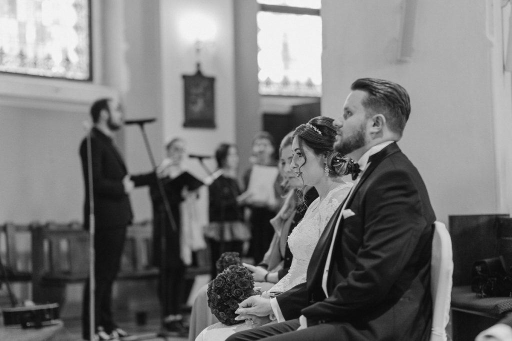 para młoda podczas ślubu w poznaniu
